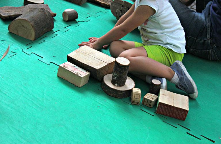 6-giochi-a-terra-nel-giardino-gestito-da-gruppo-nazionale-nidi-e-infanzia